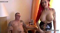 Ehefrau schenkt ihm einen Dreier mit geiler Hure