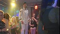 Tony en uniforme blanc