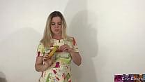 Erin Electra eats a banana缩略图