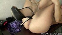 American milf Sheila plays with nylon and high heels Vorschaubild