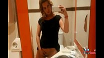 Chica en baño público, se masturba porque está muy caliente