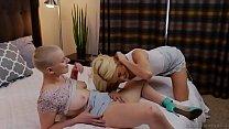 Lesbian couples swap each other - Riley Nixon and Elsa Jean صورة