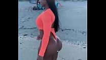 Mírala caminando en la playa