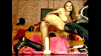 Busty hottie rides dildo on webcam Vorschaubild