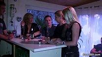 Drei geile MILFs schleppen Jungspund auf Party ab Vorschaubild