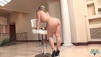 Sara Jay, milf blonde aux seins énormes se fait bien baiser