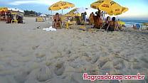 Flagra da sósia da ex-panicat Juju Salimeni na praia de biquíni enfiado na bunda thumbnail