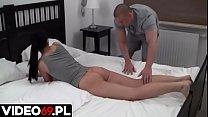 Polskie porno - Moja dziewczyna postanowiła wykorzystać masażystę nie tylko do masażu pleców i kręgosłupa, ale także w nieco szerszym wymiarze