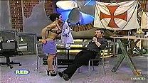 Alguien sabe el nombre de la presentadora ??