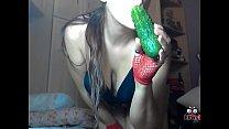 Chica juega con un pepino, se mete el pepino en el coño