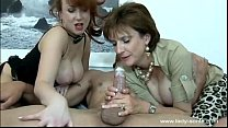 lady sonia se divierte masturbando a un tio thumb