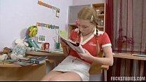 Loirinha linda estudando na casa do amigo