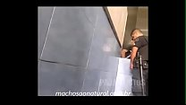 Espiando Policial Mijando no Banheiro