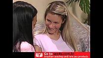 Jovens Nicky Reed e Patricia dividem um jovem n...