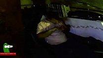 Девушка засовывает пальцы в пизду со спермой и выковыривает её
