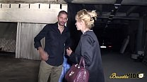 Zhelia cougar blonde enculée sur le chemin des ... Thumbnail