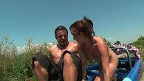 Junge Anhalterin wird von drei Typen gefickt Vorschaubild