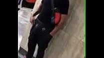 Novinho de pau duro no metro