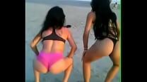 Novinhas Gostosas Dançando Funk de Biquíni na Praia