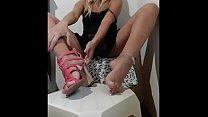 LOIRA CASADA MONSTRANDO SEUS SAPATOS SEM CALCINHA (Married blonde showing her shoes without panties)