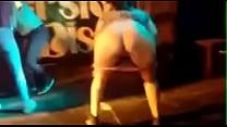 Mujer se desnuda por una cerveza en discoteca