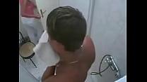 Tia sorprende a sobrino en la ducha