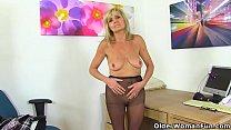 English gilf Dolly puts her dildo to work on her craving cunt Vorschaubild
