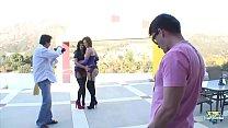 Bobbi Starr, excitée après un shooting photo, se fait baiser à l'hôtel