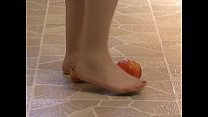 Fetichisme pieds amateur - une blonde écrase des spaghettis - foodcrushing - Vends-ta-culotte.com