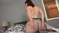 American milf Scarlett pushes a dildo deep into her pussy
