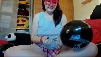 19867 Ragazza feticista gonfia questi palloncini a tema Halloween e li bagna tutti con il suo squirting preview