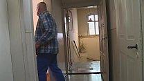 Bei Wohnungsübergabe den Hausmeister gefickt Vorschaubild