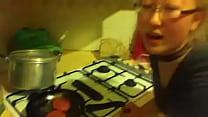 Comendo A Novinha Enquanto Ela Cozinha