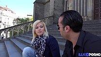 Ria jeune guide de Prague fait visiter son cul à un français Preview