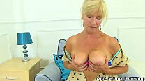 UK milf Sapphire Louise gives her fanny a good ...
