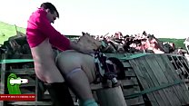 He fucks her while he crouches. MILF caught wit...
