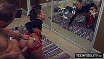 TEENFIDELITY Cute Cheerleader Liza Rowe Shakes Her Pom Poms Vorschaubild