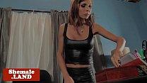 Atemberaubende Busty Trans Reibt Ihren Schwanz Solo