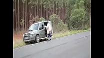 Cunhado tarado não perdoa e fode esposa do irmão no meio da estrada صورة