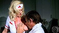 Die Nurse die Marina Montana hier spielt klimpert beim gehen Vorschaubild