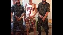 Soldados do exército brasileiro mostrando a pica