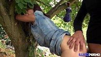 Cougar mature de 45 ans baisée dans le jardin [Full Video] thumbnail