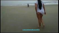 mouni roy boobs ◦ Casadaeabusada sem calcinha provocando na praia thumbnail
