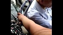 Culoncita en un bus de lima