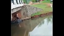 Cachados abajo del puente