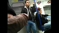 Mostrando o pau no metrô