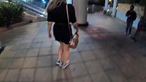 Sara Blonde Caminando Por El Centro Comercial E