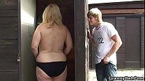 Madura gorda follando en el vestidor de la playa