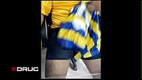 Paja en mi camiseta de futbol amarilla más shorts negros de arquero