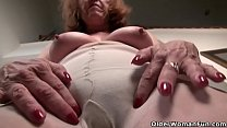 American gilf Melody Garner pleasures her hairy...